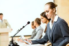 Бизнесмены говоря на конференции Стоковое фото RF