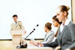 Бизнесмены говоря на конференции Стоковое Изображение