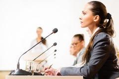 Бизнесмены говоря на конференции Стоковые Изображения RF