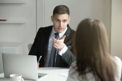 2 бизнесмены говоря на столе офиса Стоковые Изображения RF