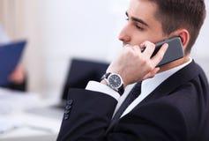 Бизнесмены говоря на телефоне на офисе Стоковая Фотография RF
