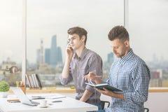 Бизнесмены говоря на телефоне на рабочем месте Стоковая Фотография