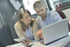 Бизнесмены говоря о концепции работая на компьтер-книжке Стоковые Изображения RF