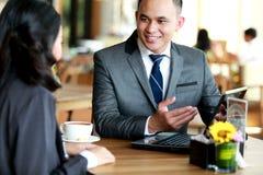 2 бизнесмены говоря о работе планирования на кафе Стоковая Фотография RF