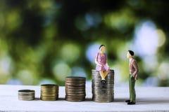Бизнесмены говоря о финансах и экономические со штабелированный стоковое изображение