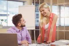 Бизнесмены говоря друг к другу в офисе Стоковая Фотография RF