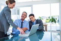Бизнесмены говоря совместно во время встречи Стоковые Изображения