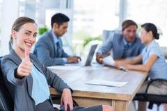 Бизнесмены говоря совместно во время встречи Стоковое Изображение