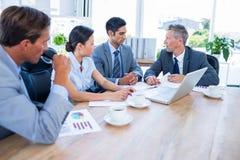 Бизнесмены говоря совместно во время встречи Стоковое фото RF