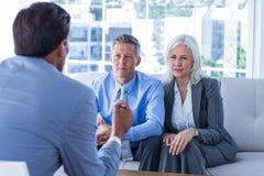Бизнесмены говоря совместно на кресле Стоковые Фото