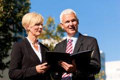 Бизнесмены говоря outdoors Стоковые Фотографии RF