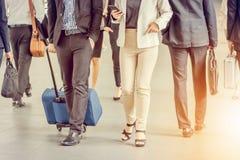 Бизнесмены города регулярного пассажира пригородных поездов идя Стоковое Изображение