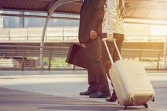 Бизнесмены городской жизни регулярного пассажира пригородных поездов идя Стоковое Изображение RF