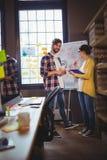 Бизнесмены готовя whiteboard против окна Стоковые Фотографии RF