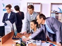 Бизнесмены группы в офисе Стоковое фото RF