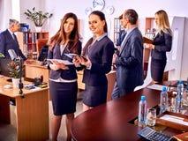 Бизнесмены группы в офисе Стоковые Изображения