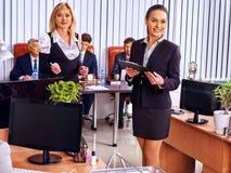 Бизнесмены группы в офисе Стоковая Фотография