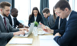 Бизнесмены группы работая совместно и коллективно обсуждать стоковое изображение rf