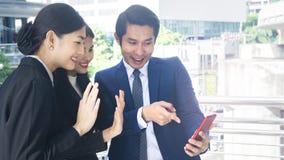 Бизнесмены группы умные человека и женщины говорят совместно и v Стоковое Фото