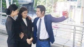 Бизнесмены группы умные человека и женщины говорят совместно и v Стоковая Фотография