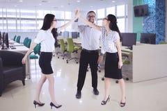 Бизнесмены давая максимуму 5 рук совместно стоковая фотография rf