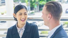 Бизнесмены дамы и кавказский человек говорят совместно и чувство Стоковое Изображение