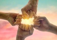 Бизнесмены делают группу кулака на предпосылке неба Стоковое Фото