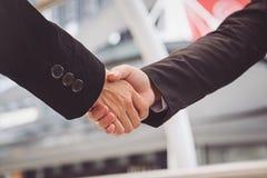Бизнесмены делая рукопожатие бизнесмены концепции успешные Стоковые Фото