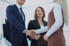 2 бизнесмены делая согласование, их женское sta коллеги Стоковые Изображения RF
