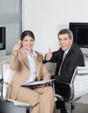 Бизнесмены держа большие пальцы руки вверх Стоковые Изображения