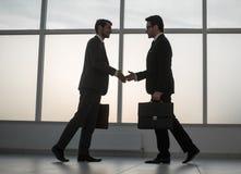 2 бизнесмены держа вне их руки для рукопожатия Стоковые Фотографии RF