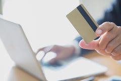 Бизнесмены держа печать кредитных карточек детализируют онлайн покупки, стоковые фото