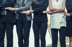 Бизнесмены держа руки показывая сыгранность Стоковые Фотографии RF