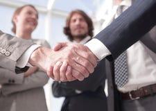 Бизнесмены добро пожаловать и рукопожатия стоковая фотография rf