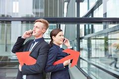 2 бизнесмены держать Стоковая Фотография RF