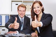 2 бизнесмены держа большие пальцы руки Стоковая Фотография