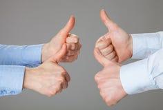 Бизнесмены держа их большие пальцы руки вверх Стоковые Фотографии RF
