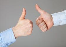Бизнесмены держа их большие пальцы руки вверх Стоковая Фотография