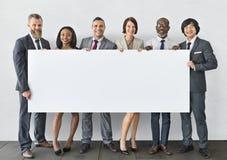 Бизнесмены держа концепцию доски информации Стоковые Изображения