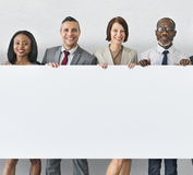 Бизнесмены держа концепцию доски информации Стоковые Изображения RF