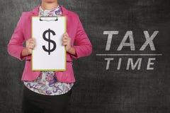 Бизнесмены держа доску сзажимом для бумаги с символом доллара Стоковое Изображение