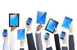 Бизнесмены держа приборы цифров Стоковое Изображение RF