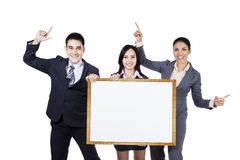 Бизнесмены держа пустой шильдик Стоковые Изображения RF