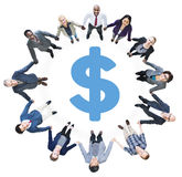 Бизнесмены держа руки и знак доллара Стоковая Фотография