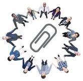 Бизнесмены держа руки и символ бумажного зажима Стоковое Изображение RF
