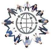 Бизнесмены держа руки и символ глобуса Стоковое Фото