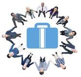 Бизнесмены держа руки и символ портфеля Стоковые Фотографии RF
