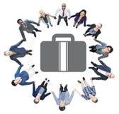 Бизнесмены держа руки и символ портфеля Стоковые Фото