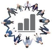 Бизнесмены держа руки и столбчатую диаграмму Стоковое фото RF