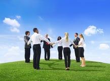 Бизнесмены держа руки на холме Стоковое Изображение RF
